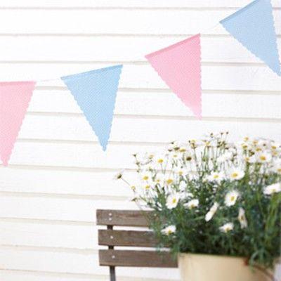 Flaggirlang i tyg - rosa och blå med vita prickar