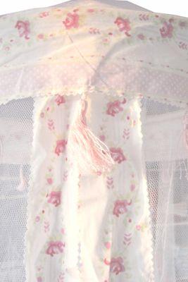 Sänghimmel - vit med rosor
