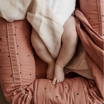 Babynest - cozy nest - Classic dot tuscany rose - ekologisk från Liewood